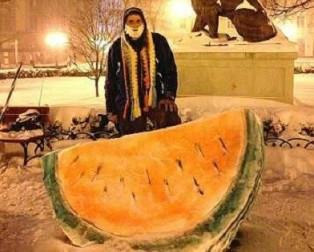 В Одессе слепили арбуз из снега